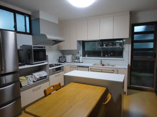 大きな窓のある明るいキッチン!