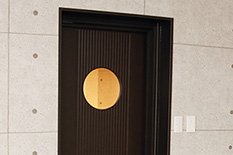 スタジオの丸い窓のドア