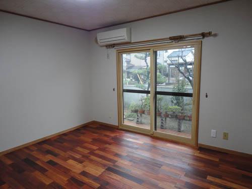 床は無垢のカリン、壁クロスは布クロスです。自然素材に囲まれた、とても素敵なリビングになりました。