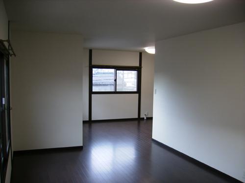 二つの洋室の間の壁と押入をなくし、広くて開放感のある部屋に改装しました。入り口の3枚引き戸は、両引きができて便利です。明るい光が入る際には、内窓を取り付けて結露しにくくしました。