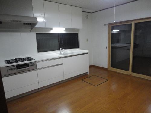 キッチンの天板も人造大理石になり、とても明るくなりました。床もフローリングに替えさせて頂いたので、落ち着いた雰囲気になりました。