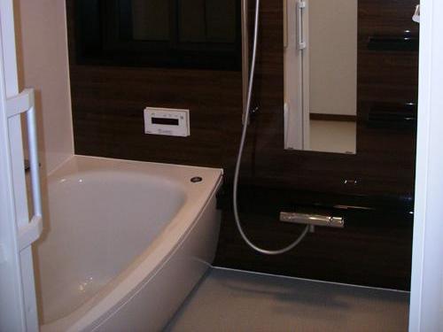 ダークブラウンがアクセントの、かっこいい浴室になりました。既存の浴室のサイズが特殊だったため、少しでも広くできるように、戸建住宅用の規格サイズではなく、マンションリフォーム用の1414サイズを入れさせて頂きました。浴槽も広くなり、ゆったりした浴室になりました。