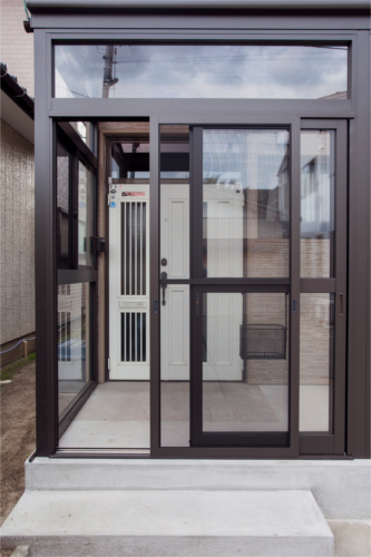 新潟では多くのご自宅に設置してある風除室!雨風を防ぐのに一役買ってくれます!