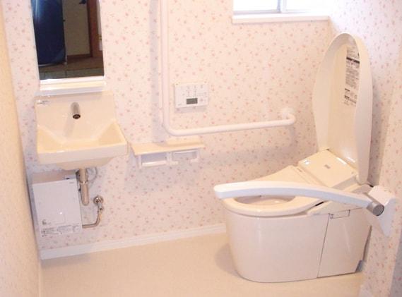 以前とは比べ物にならない広々とした空間になりました! 壁を取り除き、空間を広げバリアフリーにすることで、 まるで、デパートやホテルのような高級感あるトイレになりました!