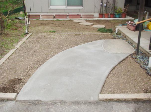 コンクリート打設で、段差のない、バリアフリーなアプローチになりました!