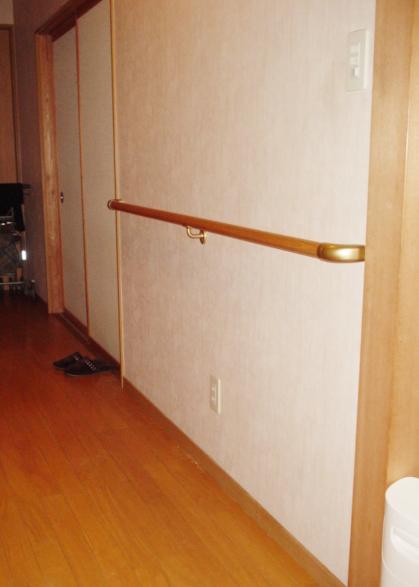 介護保険適用の手すり取付工事! 長めの廊下に2か所取付させていただきました。