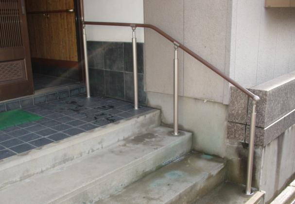 玄関前の急な階段も、手すりを付けて安心して昇り降りができます!