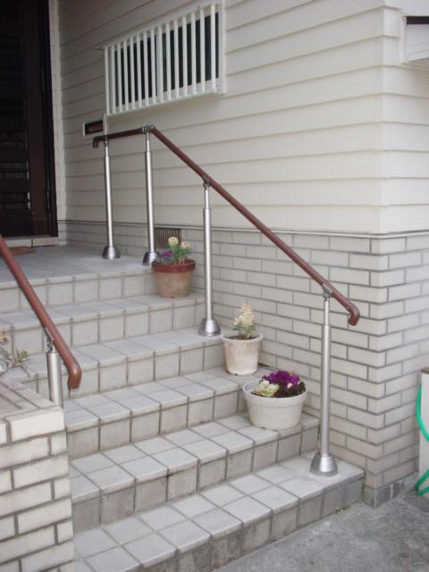 介護保険適用の介護リフォーム! 玄関前の廊下から室内の各ポイントに手すりを設置しました。