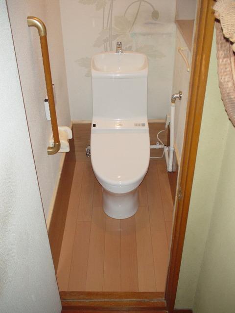 和式便器特有の床面の段差もなくなり、安全なトイレとなりました! しかも、1日間で工事も終了しましたので、生活への支障もなく工事を行えます!