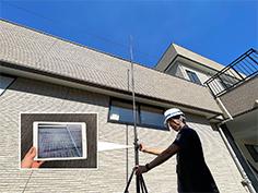 屋根も「高所カメラ」で撮影し、タブレットでリアルタイムに確認します。