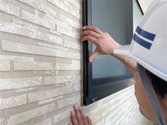 細かいヒビ割れなどは、顕微鏡などでしっかり確認します。
