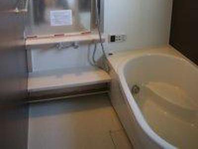 手摺を付け安心、快適な浴槽