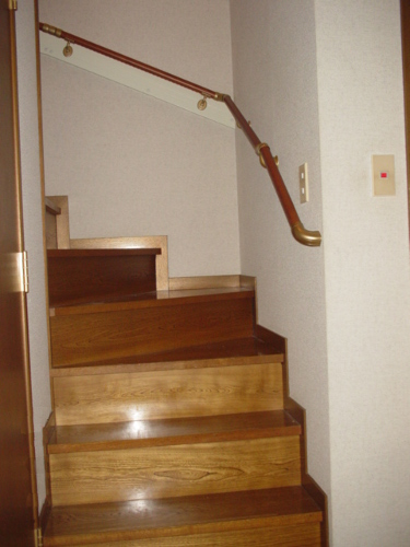 階段を始め、廊下、トイレなど各所に手すりを取付けました!