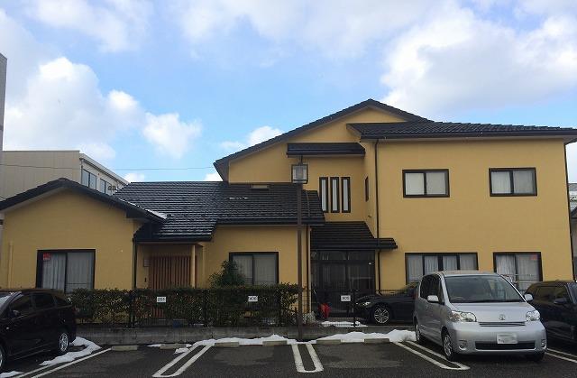 外壁は、<ナノコンポジット>で単色にさせて頂きました。屋根塗料はシリコンを使用させて頂きました。リシン調の外壁材にはピッタリの塗料です! 艶もなく耐久性も良い!艶がないことによって、落ち着いた雰囲気になりますので、大瀧オススメの商材です!