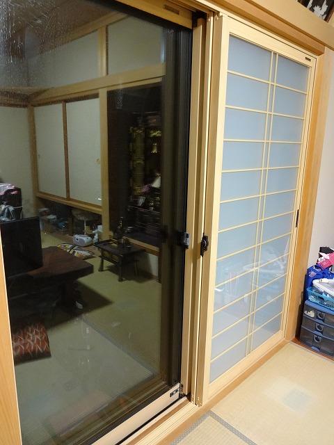 和室の窓に内窓(インナーサッシ)を取付ました! 和室で、もともと障子があった所でしたので、和紙調のガラスで、組子はオシャレな横繁吹寄格子を選びました! お部屋も明るくなりました!