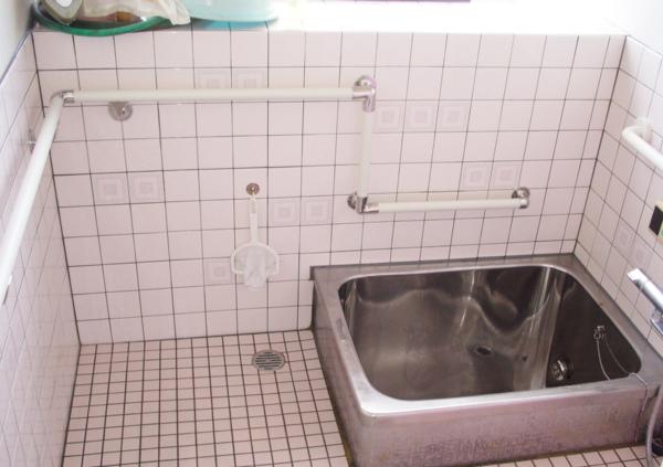 危険がたくさんの浴室に、ぐるりと囲うように手すりを設置! 動きに合わせた高さも微調整しています!
