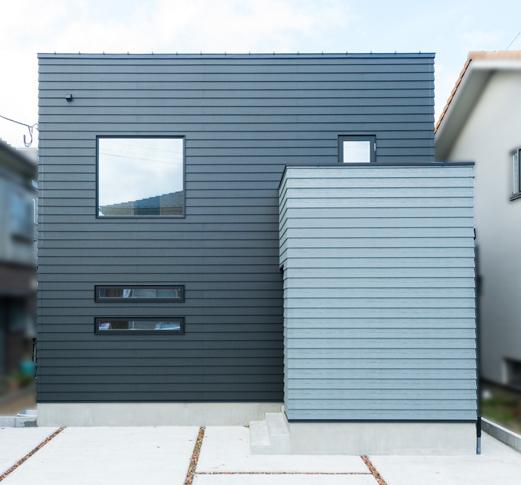 スクエアを組み合わせた外観。外壁は個性的なよろい張りで施工。